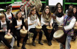 """Afrikanische Rhythmen auf Djemben: Zusammen mit der Gruppe """"Black and White"""" unterhielten die Schüler die Festgäste. Foto: Birgit Kröner"""