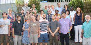 Mitglieder des Freundeskreises Uganda zusammen mit dem ugandischen Projektpartner Pfarrer Vincent Ndanda (Dritter von rechts).