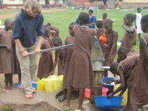 In Uganda arbeitet der Geislinger Thomas Bopp an Hilfsprojekten mit. Ehemalige Mitschüler starten eine Spendenaktion.