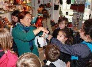 Die Tegelberg-Grundschüler besuchten bei ihrem Fair-Trade-Projekt den Eine-Welt-Laden in Geislingen. Foto: Ottmar Dörrer